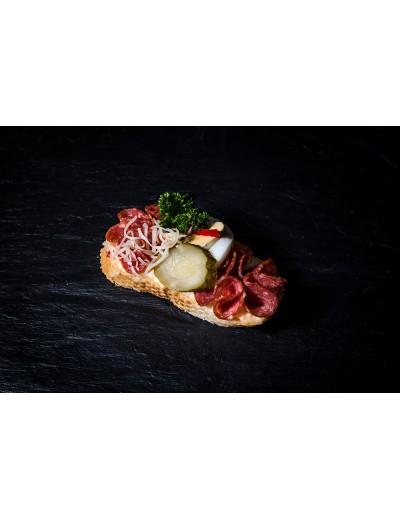 obložený chlebíček speciál s trvanlivým salámem