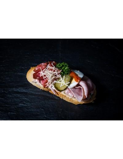 obložený chlebíček se šunkou a trvanlivým salámem